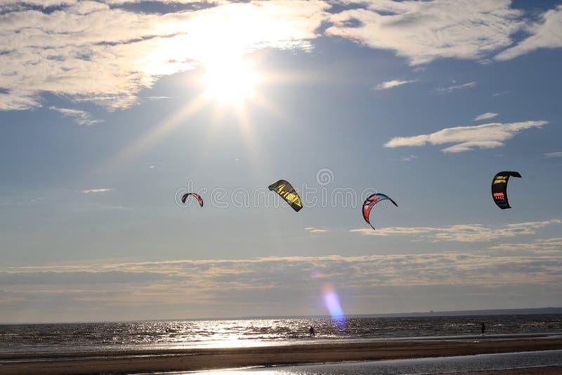 Kiteboarding, sole e spiaggia o natura immagini stock