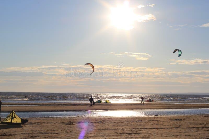 Kiteboarding, sole e spiaggia o natura fotografie stock
