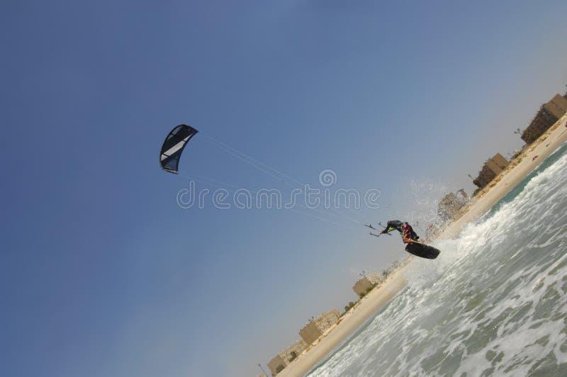 Kiteboarding su una costa di mar Mediterraneo fotografie stock