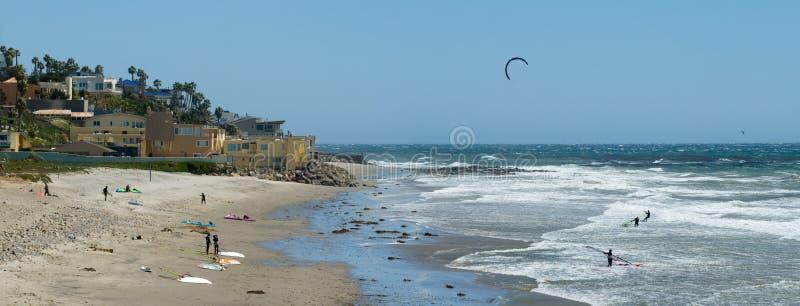 Kiteboarding und Wind, die in Kalifornien surfen lizenzfreies stockbild