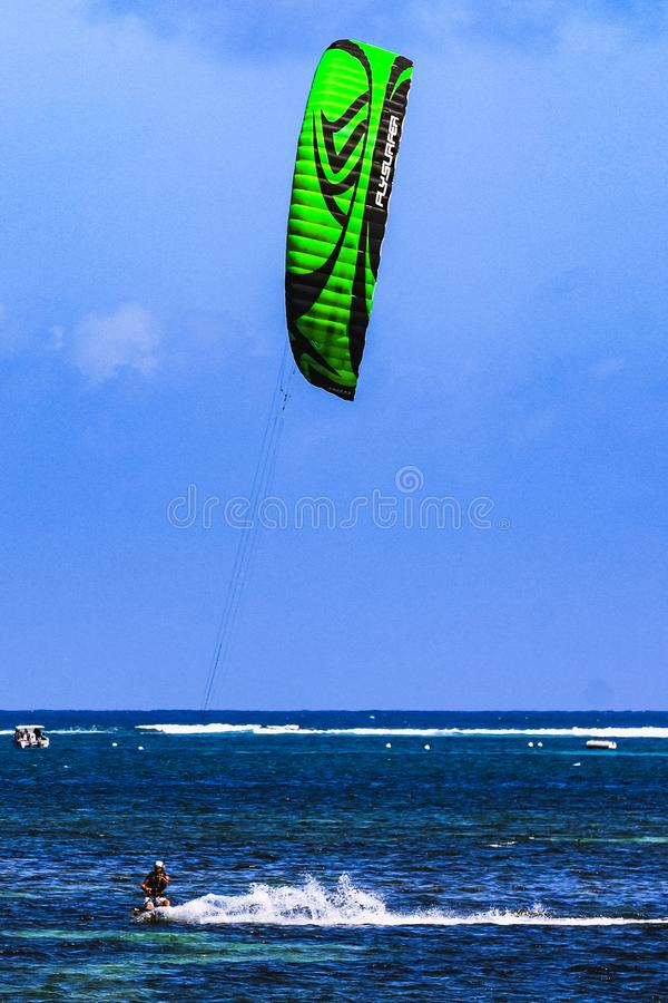 Kiteboardsurfer in hoge snelheid op Jambiani-strand Zanzibar royalty-vrije stock afbeeldingen