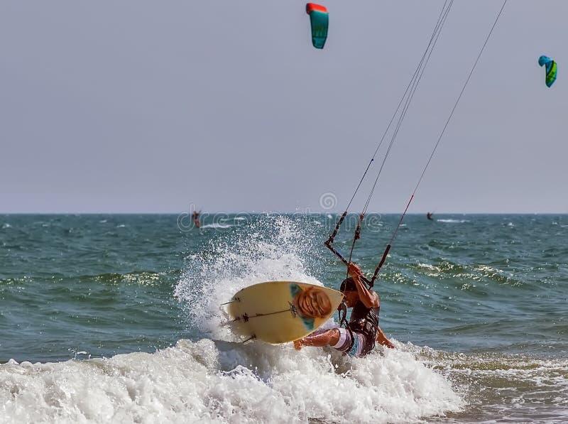 Kiter скача от волны к волне стоковые фото