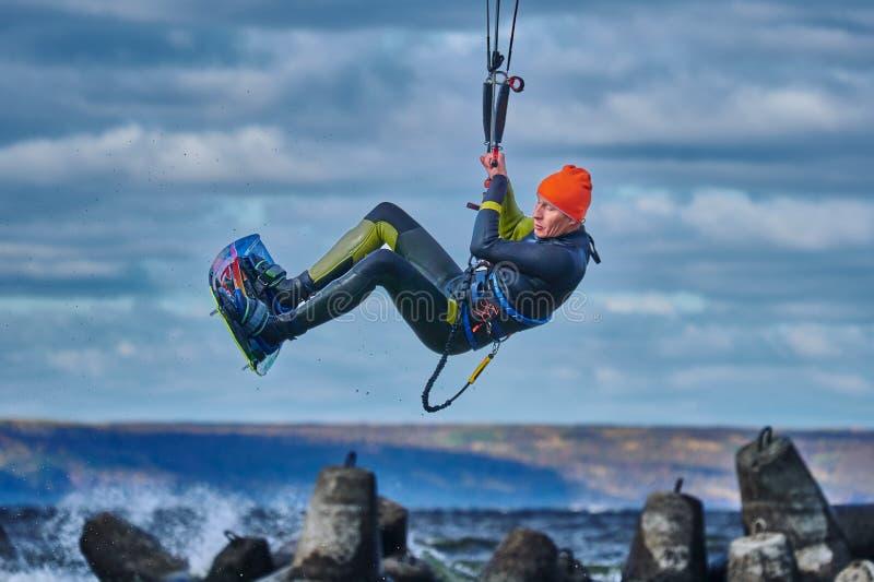 Ένας αρσενικός kiter πηδά πέρα από μια μεγάλη λίμνη στοκ εικόνες με δικαίωμα ελεύθερης χρήσης