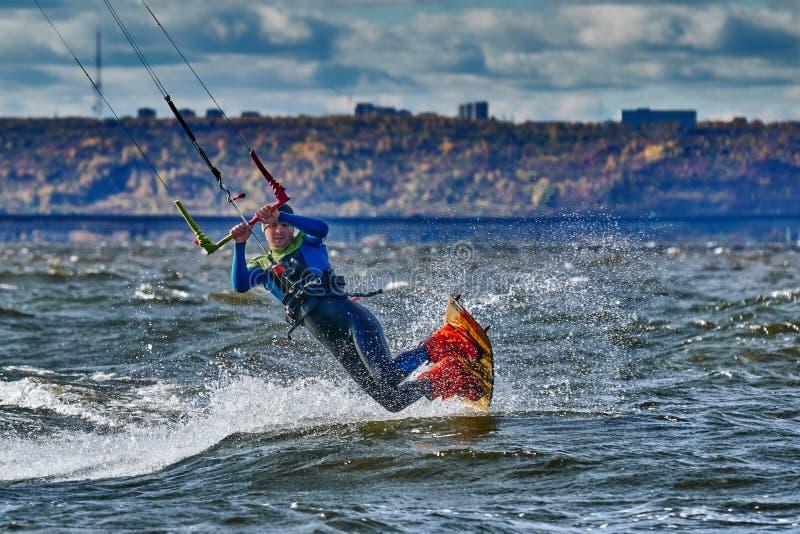 Ένας αρσενικός kiter γλιστρά στην επιφάνεια του νερού στοκ φωτογραφία με δικαίωμα ελεύθερης χρήσης
