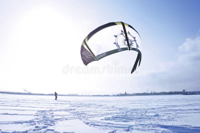 Kiter de la nieve en el hielo del depósito de Kama fotografía de archivo