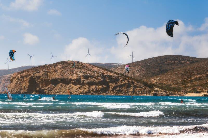 Kiters och surfare i golfen av Prasonisi Rhodes ö arkivfoto