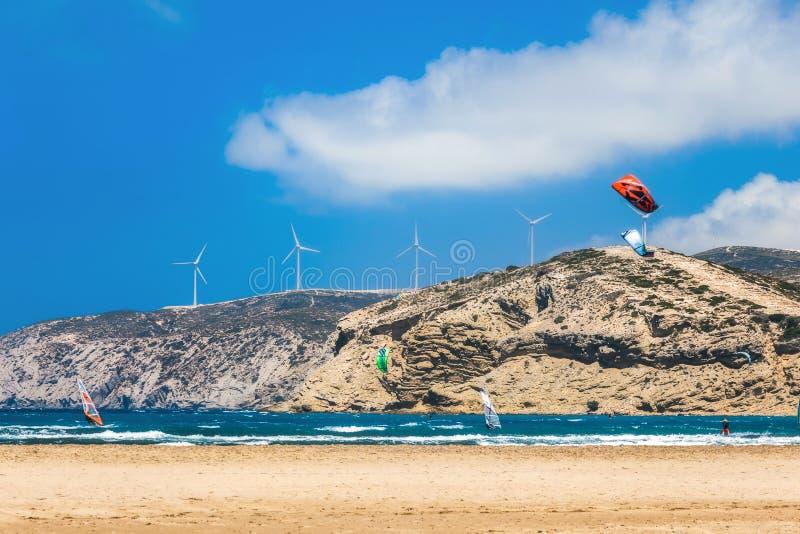Kiters och surfare i golfen av Prasonisi Rhodes ö royaltyfri foto