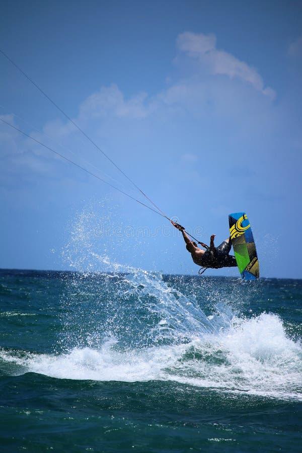 Kitesufing op de oceaan royalty-vrije stock afbeeldingen