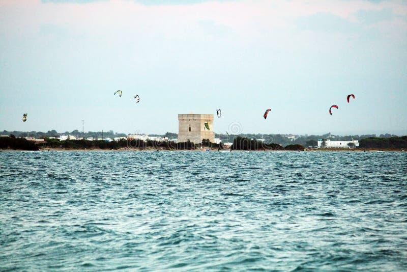 Kitesurf im salento stockfotos