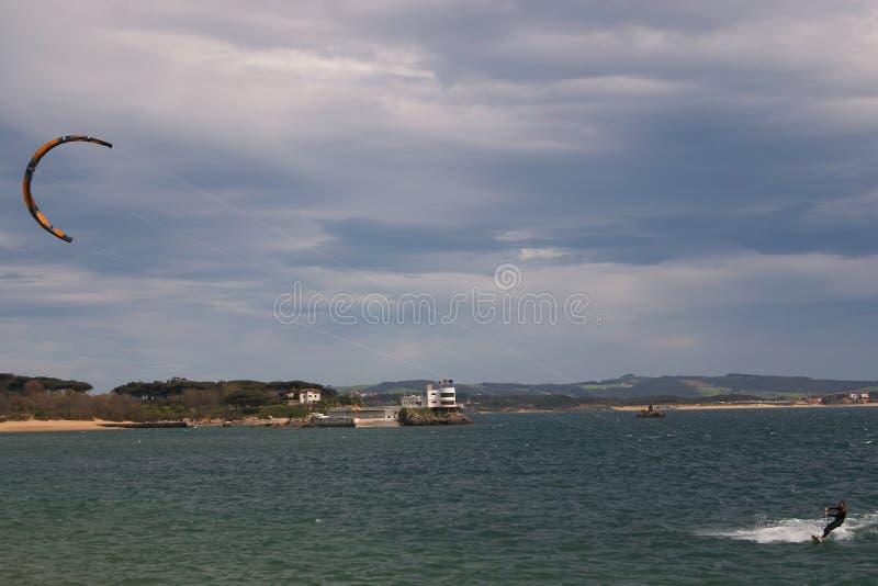 Kitesurf w Santander zatoce obraz stock