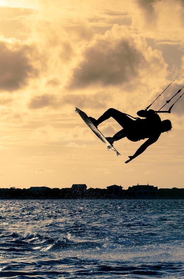 kitesurfer飞行的剪影 免版税图库摄影