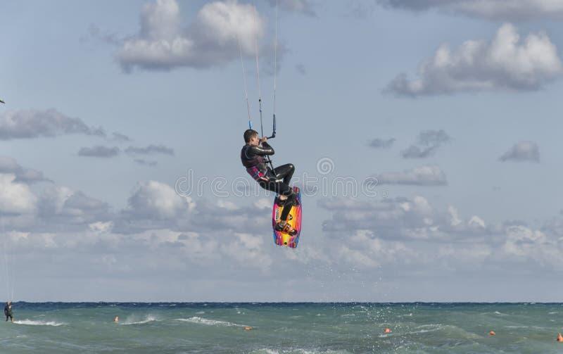 Kitesurfer κάνοντας ένα ακροβατικό πήδημα στοκ εικόνα