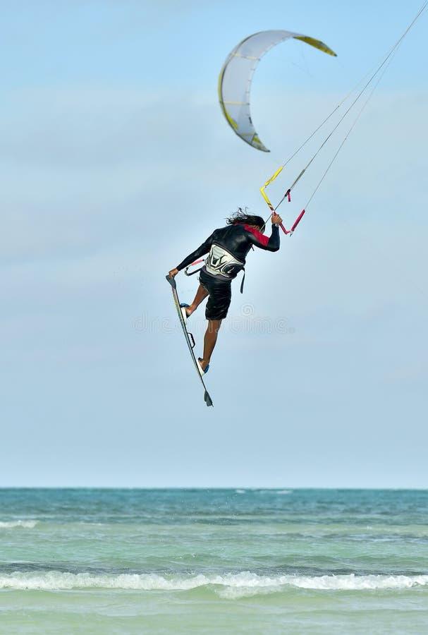 Kitesurfer выполняя воздушный фокус стоковые фотографии rf