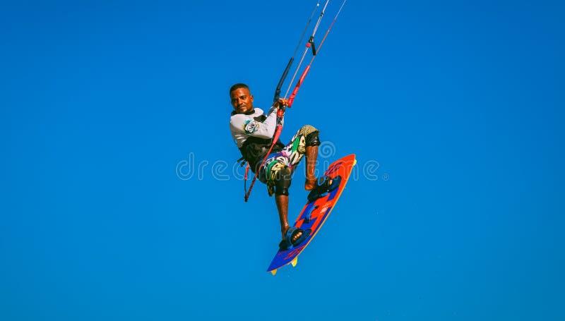 Kitesurfer конца-вверх летая в голубое небо Египет стоковые фото