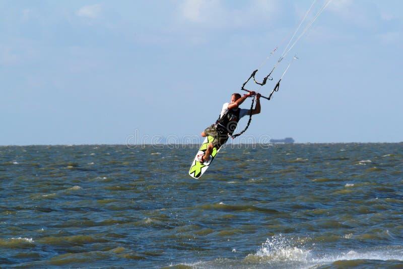 kitesurfer летания стоковая фотография rf
