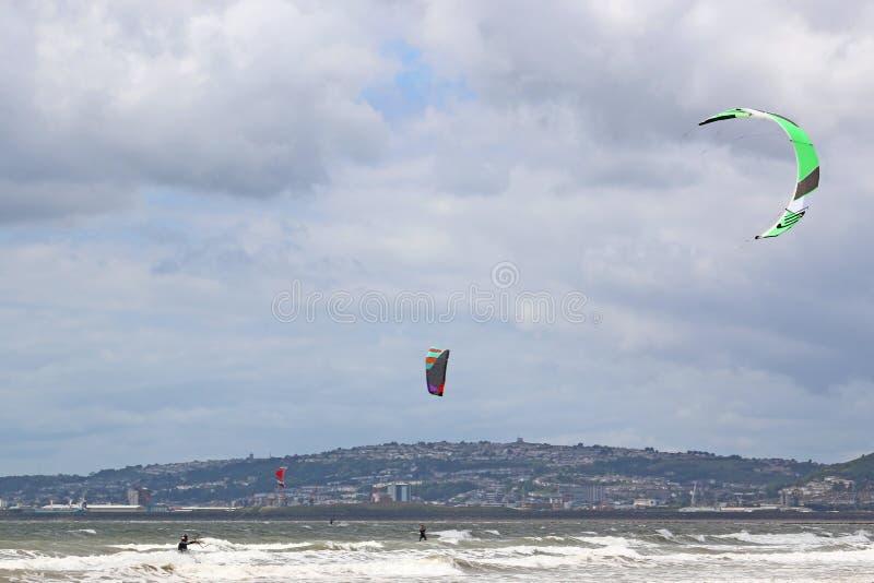 Kitesurfer dans la baie de Swansea image libre de droits