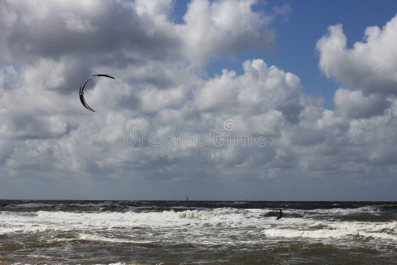 Kitesurfer, das dem Strand sich nähert lizenzfreies stockfoto