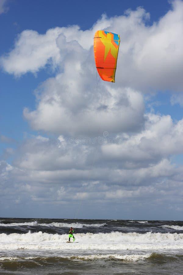 Kitesurfer, das vorbei in die Brandung überschreitet lizenzfreies stockfoto