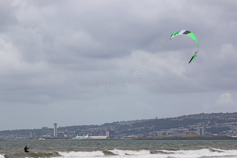 Kitesurfer in de Baai van Swansea stock foto's