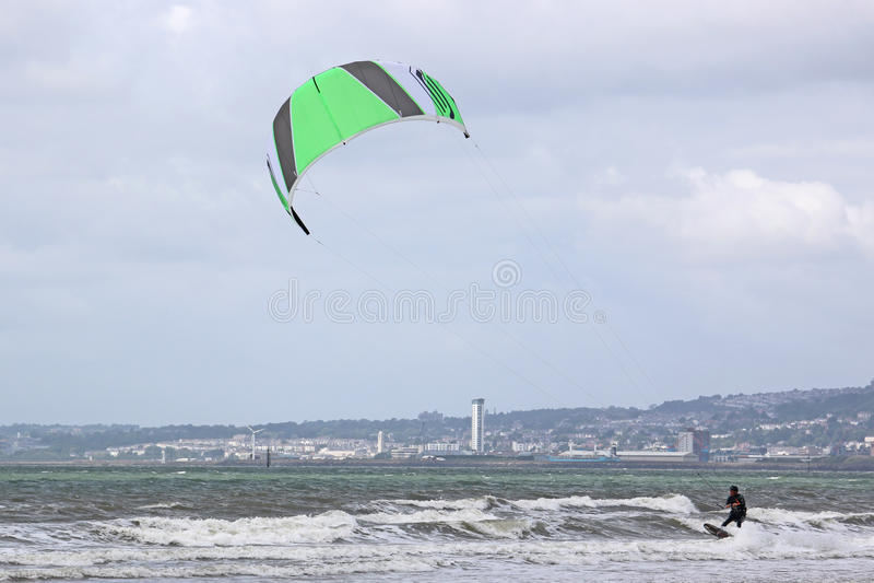 Kitesurfer in de Baai van Swansea stock afbeelding