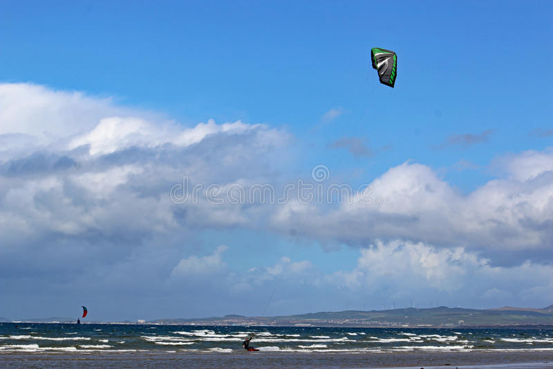 Kitesurfer in de Baai van Swansea royalty-vrije stock foto's