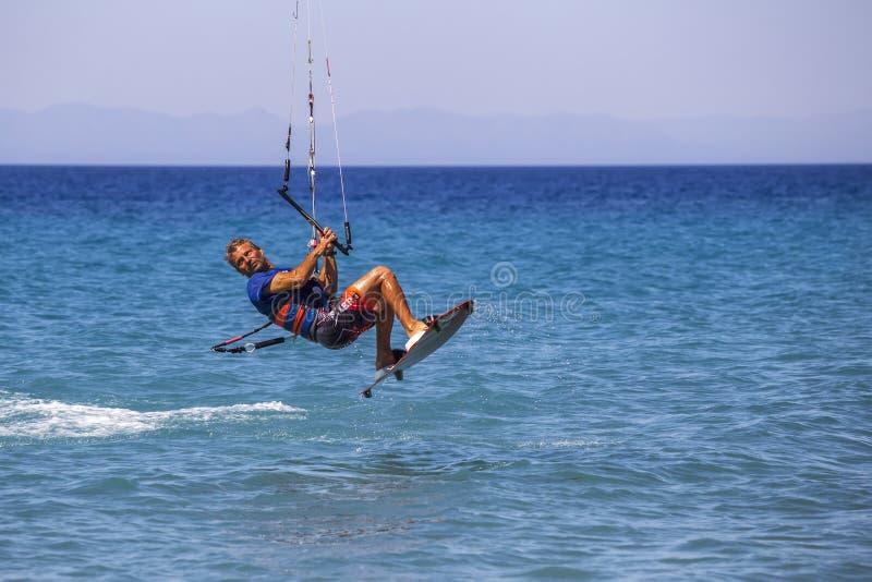 Kitesurfer in der Tätigkeit lizenzfreies stockfoto