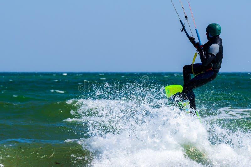 Kitesurfer in der T?tigkeit lizenzfreie stockfotografie