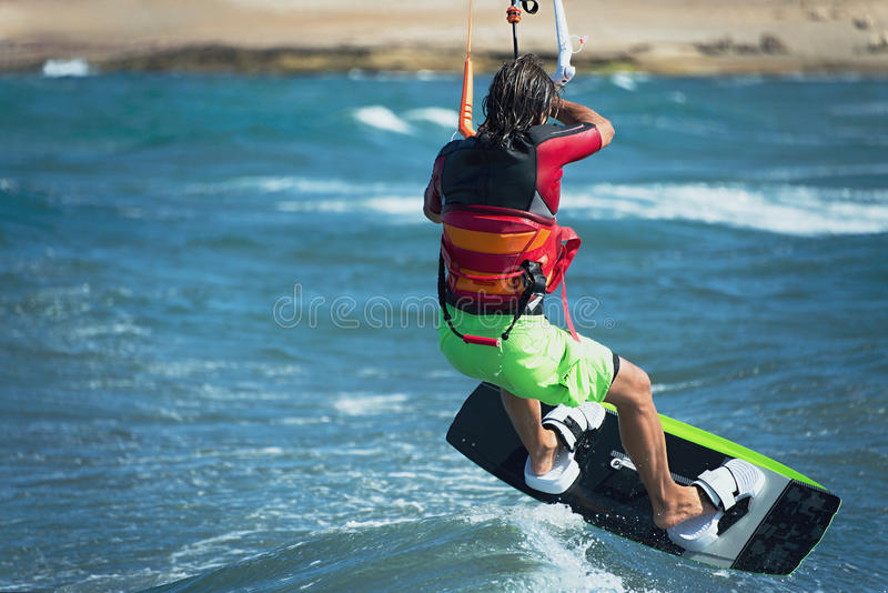 Kitesurfer die over de golf vliegen royalty-vrije stock foto