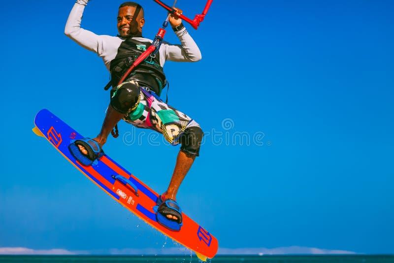 Kitesurfer die over de Rode overzeese oppervlakte stijgen royalty-vrije stock afbeelding