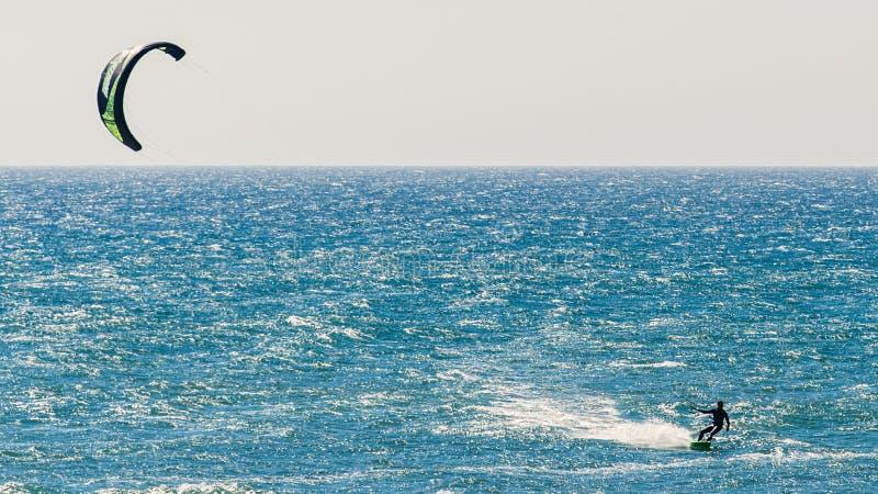 Kitesurfer en el Océano Pacífico foto de archivo