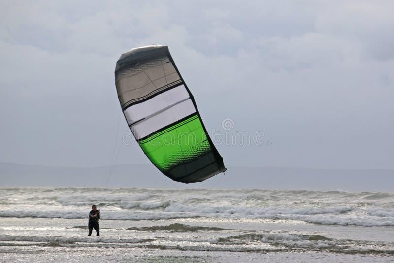 Kitesurfer en estelas imagen de archivo libre de regalías