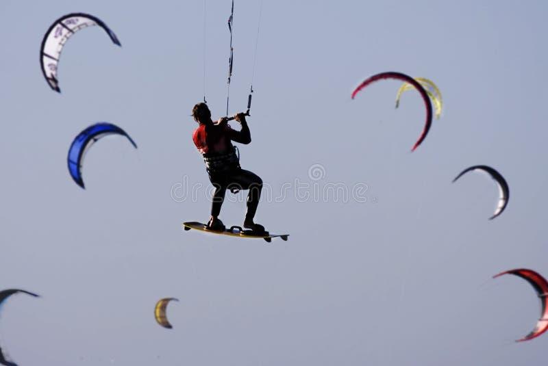 Kitesurfer en vliegers stock afbeeldingen
