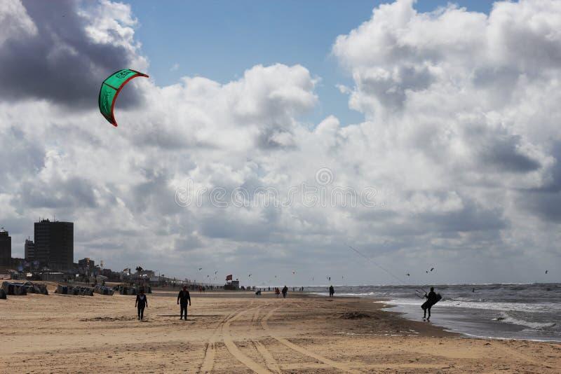 Kitesurfer am Ende einer Sitzung lizenzfreie stockfotografie