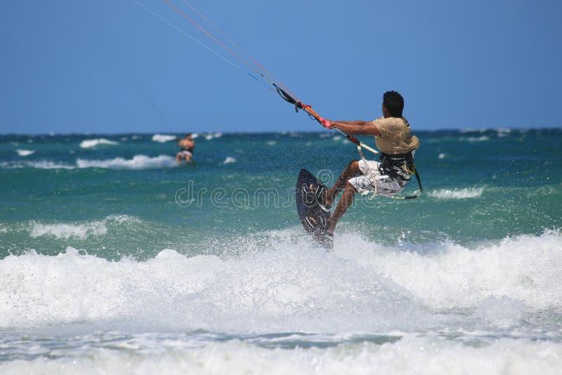 Kitesurfer-Fliegenabschluß oben stockfotos
