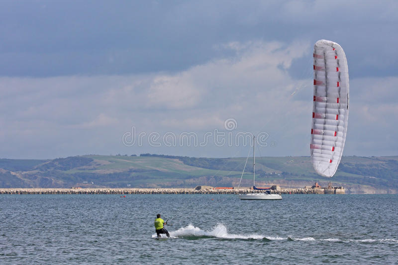 Kitesurfer i den Portland hamnen royaltyfria foton