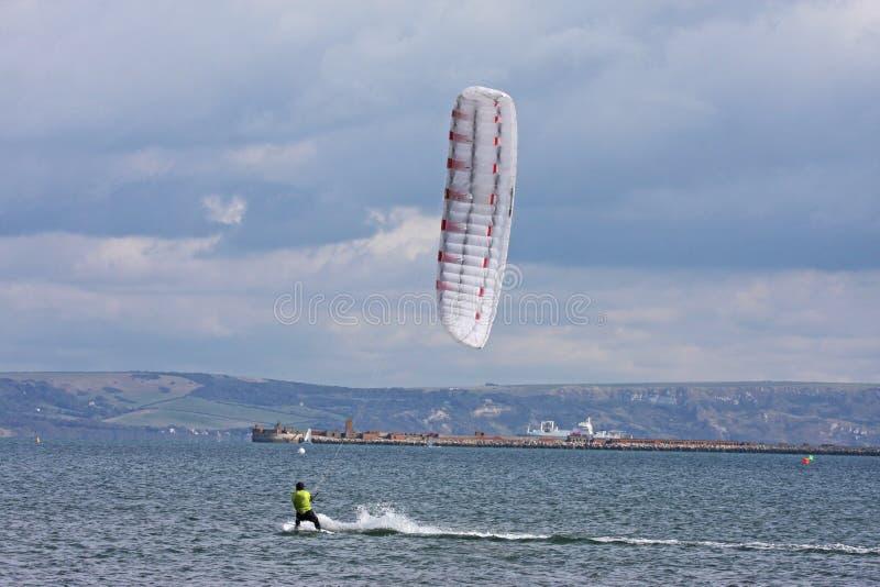 Kitesurfer i den Portland hamnen arkivbild