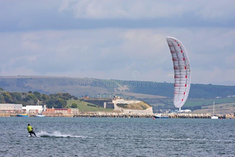 Kitesurfer i den Portland hamnen arkivbilder