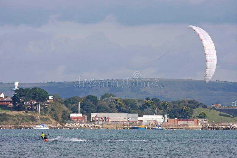 Kitesurfer i den Portland hamnen royaltyfria bilder