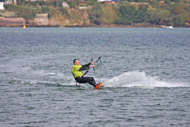 Kitesurfer i den Portland hamnen fotografering för bildbyråer