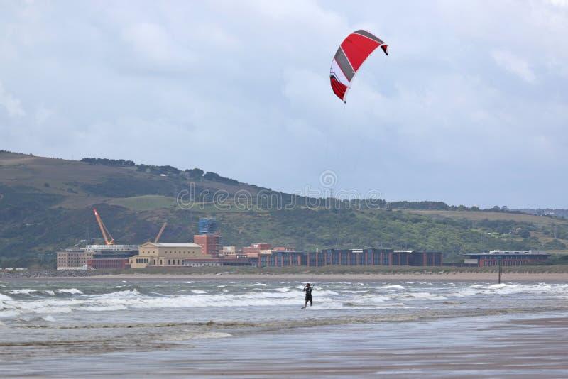 Kitesurfer i vågor royaltyfria foton