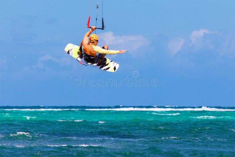 Kitesurfer joven en el deporte extremo Kitesurfing del fondo del mar fotografía de archivo libre de regalías
