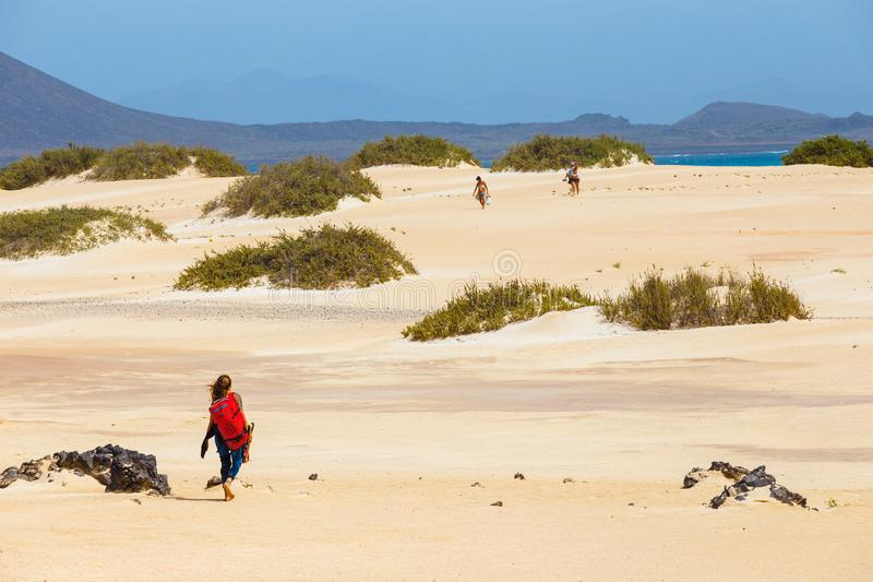 Kitesurfer masculino desconocido en una playa en Corralejo, Fuerteventura, islas Canarias, España imagen de archivo
