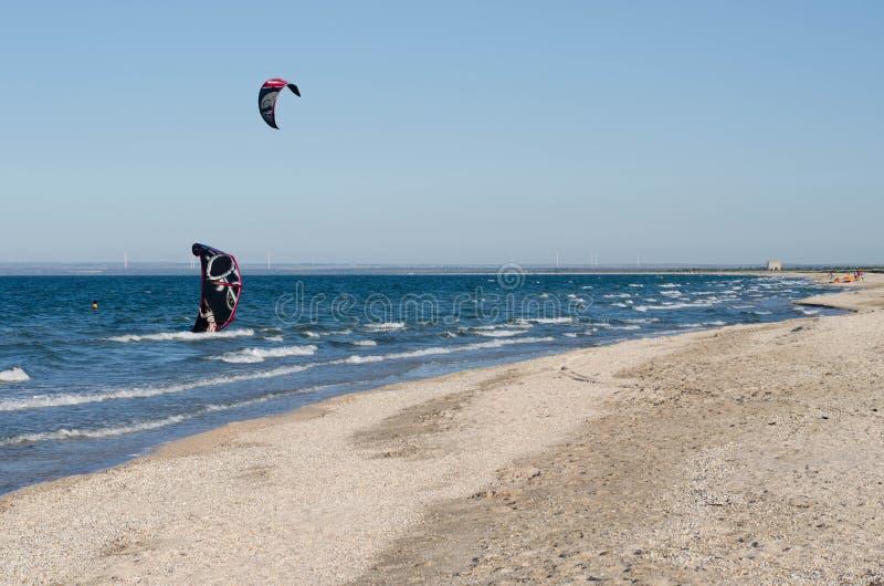 Kitesurfer in Meer stockbilder