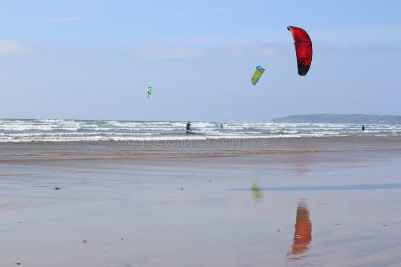 Kitesurfer montant le ressac image stock