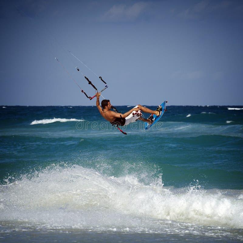 Kitesurfer nas ondas foto de stock