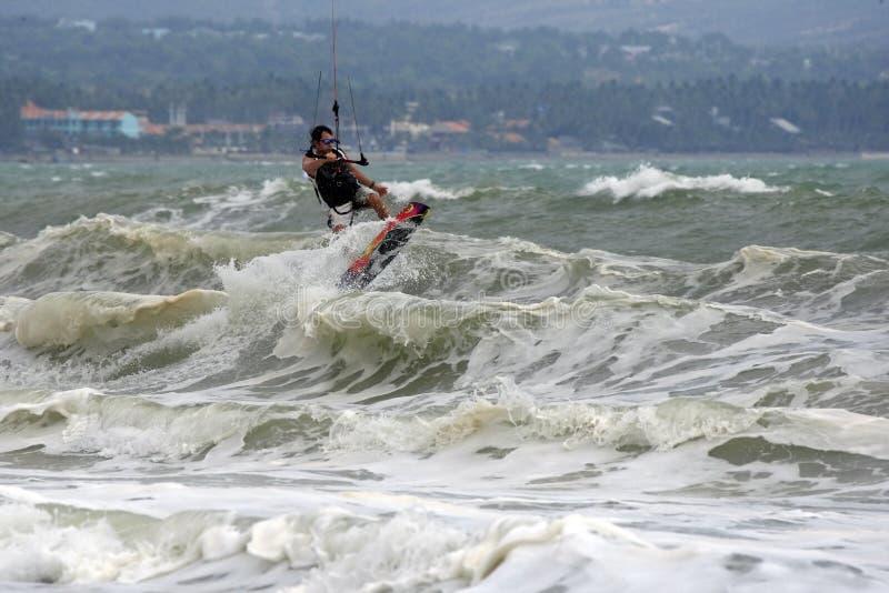Kitesurfer nell'azione immagini stock libere da diritti