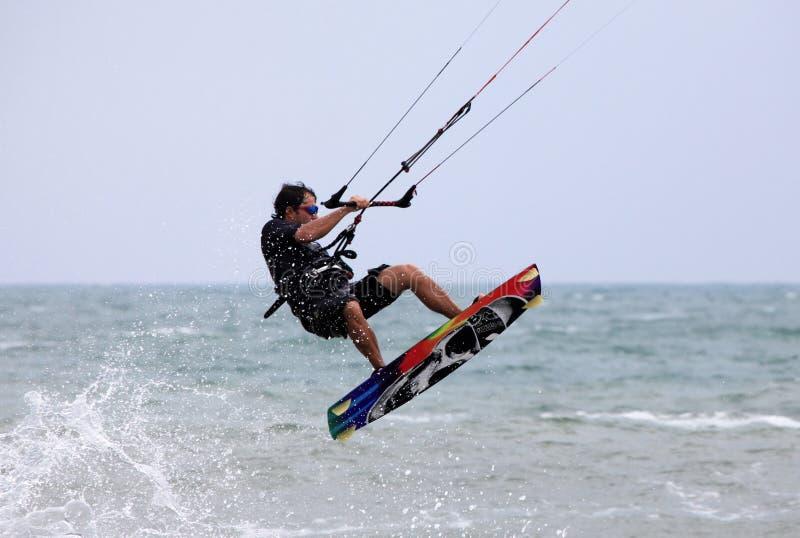Kitesurfer nell'azione immagini stock