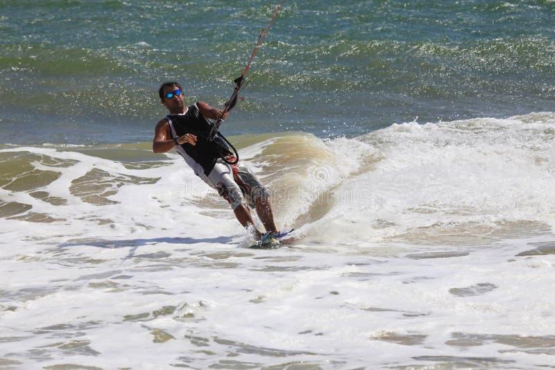 Kitesurfer nell'azione immagine stock libera da diritti