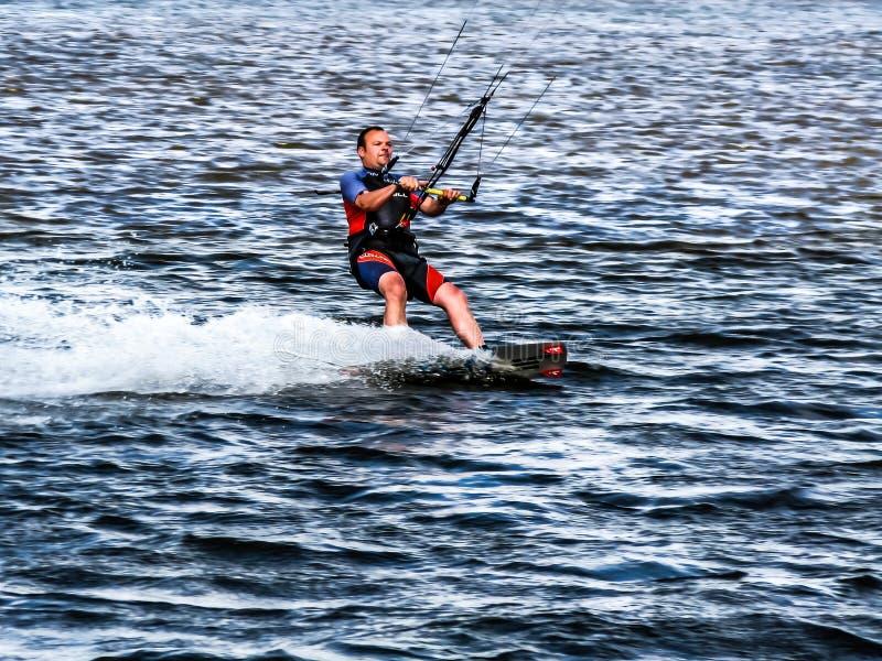 Kitesurfer nell'azione, Paesi Bassi fotografie stock