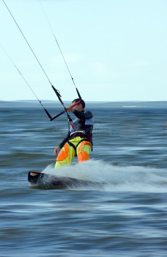 Kitesurfer nell'azione. Sfuocatura di movimento. fotografia stock libera da diritti